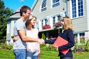 stockfresh_1345661_happy-family-near-new-house_sizeS-300x200